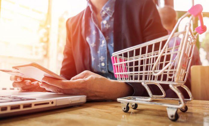 احتمالا شما به عنوان صاحب یک کسبوکار یا شرکت تولیدی تا امروز به این فکر کردهاید که برای موفقیت تجارت و کسبوکار خود یک فروشگاه اینترنتی یا فروشگاه آنلاین بسازید. یا اینکه حداقل به این فکر کردهاید که کار فعلی خود را ترک کرده و یک کسبوکار آنلاین برای خود راهاندازی کنید. یا شاید حتی مقداری پول پس انداز کرده باشید و با آن بخواهید در یک کسبوکار آنلاین سرمایه گذاری کنید. اما آیا میدانید که حتما نیاز نیست هزینه کنید. کافی است با نحوه راهاندازی فرووشگاه اینترنتی رایگان آشنا شوید. با ما همراه باشید تا در ۸ مرحله نحوه راه اندازی یک فروشگاه اینترنتی رایگان را به شما آموزش دهیم. خوب ابتدا بگذارید به این شکل شروع کنیم. به این فکر کنید که اگر یک فروشگاه آنلاین داشته باشید از هر جایی میتوانید کار خود را انجام دهید. هر ساعتی که بخواهید کار را شروع کنید و در مورد محصولات و برندهایی که میخواهید کار کنید کاملا آزاد و مختار خواهید بود. همچنین فروشگاه آنلاین نسبت به حالت آفلاین آن هزینههای راهاندازی خیلی کمتری دارد و برای افراد و کارآفرینان جوانی که سرمایه زیادی ندارند مناسب و امکانپذیرتر است. مضاف بر اینکه تجارتهای آنلاین مقیاسپذیر هستند و در صورت رشد و موفقیت کسبوکارتان خیلی راحت میتوانید کسبوکار کوچک خود را به یک بیزینس بزرگ تجاری تبدیل کنید. توجه داشته باشید که در سال 2017 سهم بازار خرده فروشی آنلاین 10.4 درصد از کل بازار بوده است یعنی به ازای هر 100 دلار هزینه شده توسط مصرفکنندگان، بیش از 10 دلار از آن به صورت آنلاین هزینه شده است. امروزه این رقم به بیش از 16.1 درصد رسیده است که این 4.206 تریلیون دلار از ارزش 26.074 تریلیون دلاری بازار خرده فروشی در سال 2020 است. یعنی در سه سال گذشته سهم تجارت الکترونیکی رشد 54.8 درصدی در بازار داشته است. طبق آمارها داشتن مشاغل جانبی یا آنلاین در بین افراد مختلف به سرعت در حال رشد است و افرادی در این بین هستند که سالانه هزاران دلار از فضای آنلاین درآمد به دست میآورند. حال سوال این است شما چرا نباید یکی از این تجارتهای موفق باشید؟ بدون شک سختترین بخش کارآفرین شدن، شروع آن است. برای همه مسلم است که شروع راه اندازی یک کسبوکار آنلاین یا بردن کسبوکار خود از آفلاین به سمت آنلاین در ابتدا دلهره آور و سخت است. بالاخره همیشه قدم گذاشتن در فضای جدید و کمتر شن